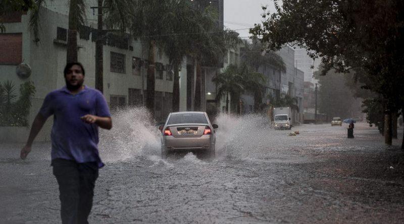 Chuva intensa causa enchentes e paralisa o trânsito em São Paulo, rtvcjs
