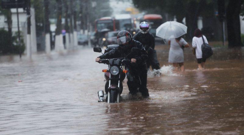 Chuvas em São Paulo levam à suspensão de rodízio de veículos, rtvcjs