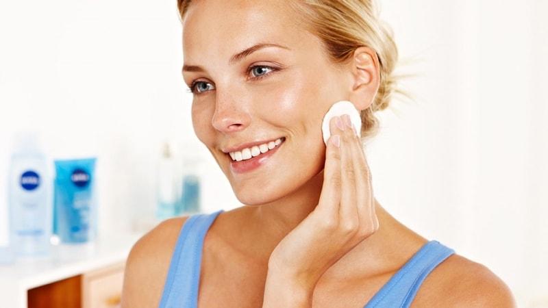 Уход за кожей: нанесение крема на лицо по массажным линиям