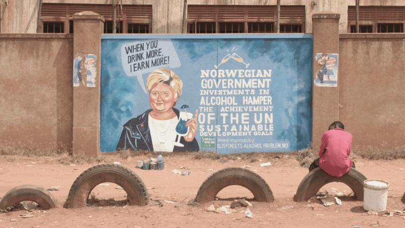 Oljefondet har et alkoholproblem: Erna Solberg på en vegg i Uganda.