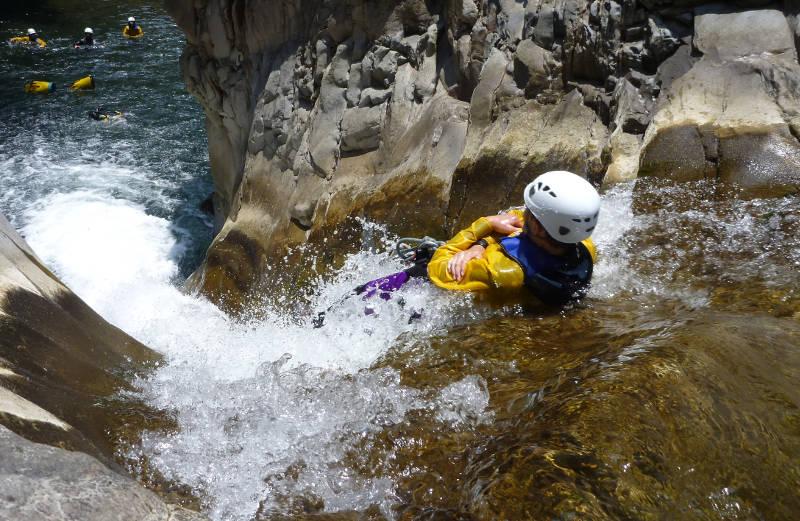 Canyoning sportif à la Réunion, descente de toboggan dans le canyon de trou blanc