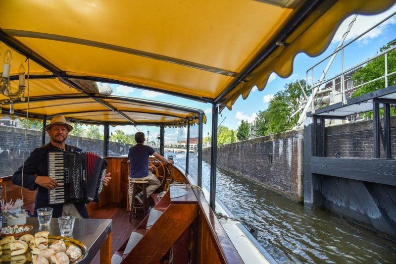 Rondvaart met accordeonist Amsterdam op en salonboot