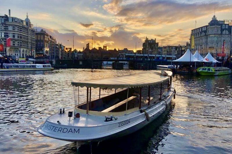 Salonboot avanti voor het Damtak vlak voor de ingang van de oude Amstel