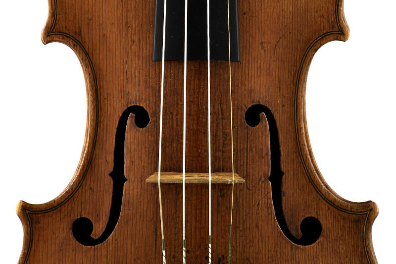 アントニオ・アマティ1588年製のバイオリン『メンデルスゾーン』の表板f孔のアップ