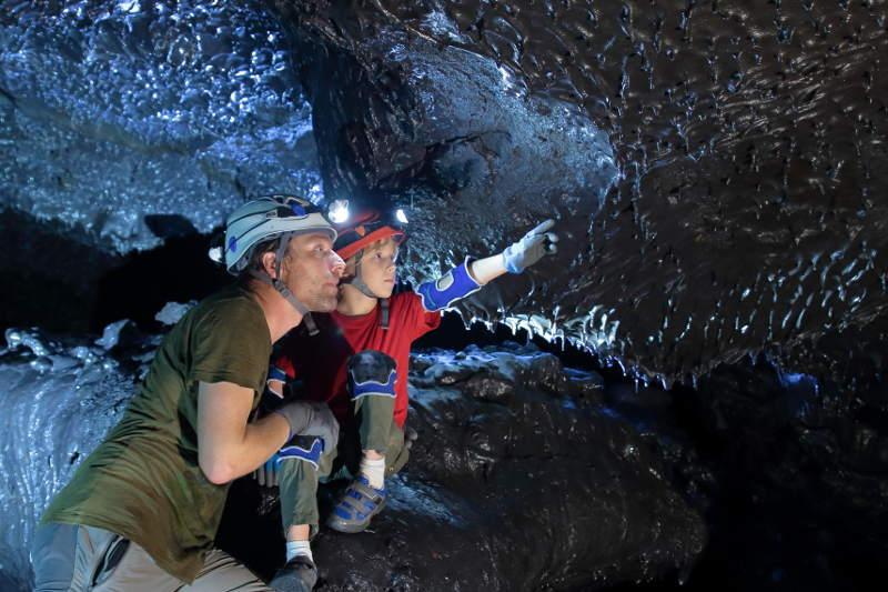 Visite d'un tunnel de lave à la Réunion.