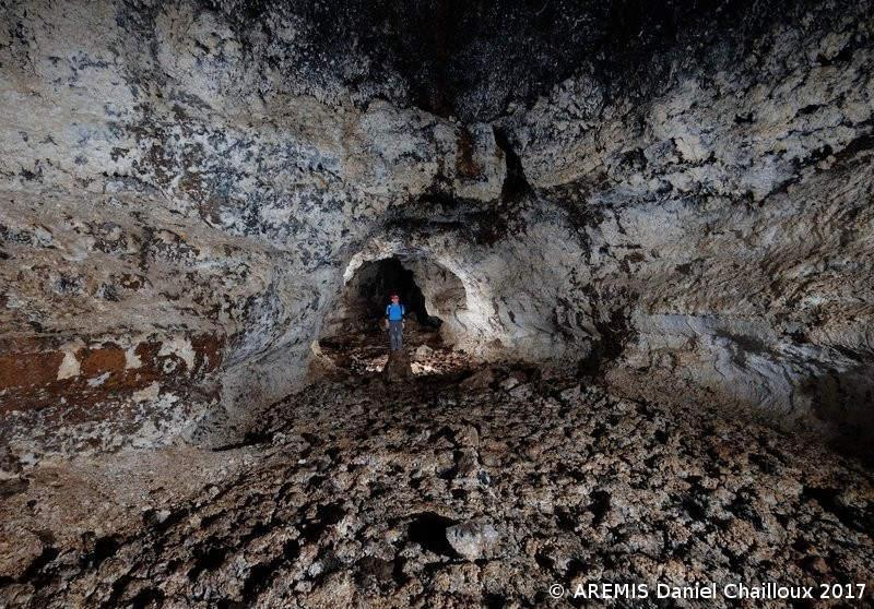 Dans le tunnel de lave du Bassin Bleu à l'Eperon.