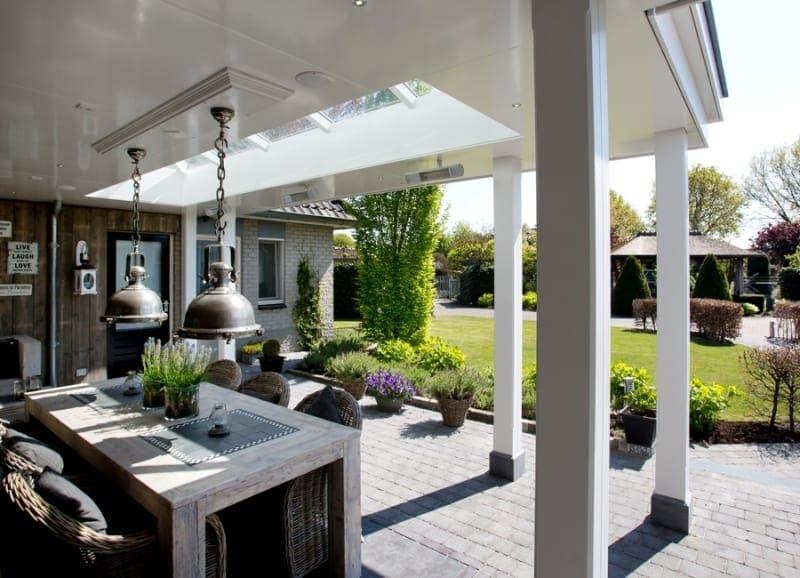 Klassieke Witte Veranda Met Strak Plafond