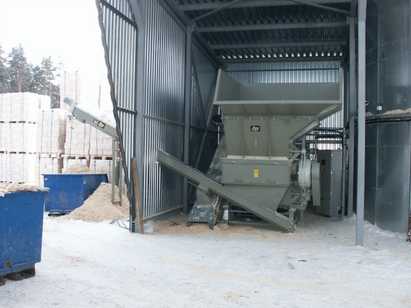 Scanhugger Hopper Shredder With Auger Conveyor Inside An Overhang And Paged Wood