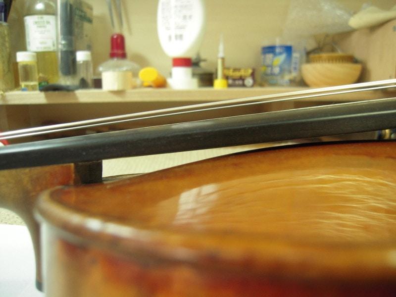 がダニー二2つめのバイオリンの表板、指板下につきそうな膨らみ