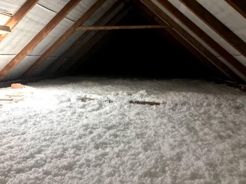 Fúkaná minerálna izolácia na podlahe povaly