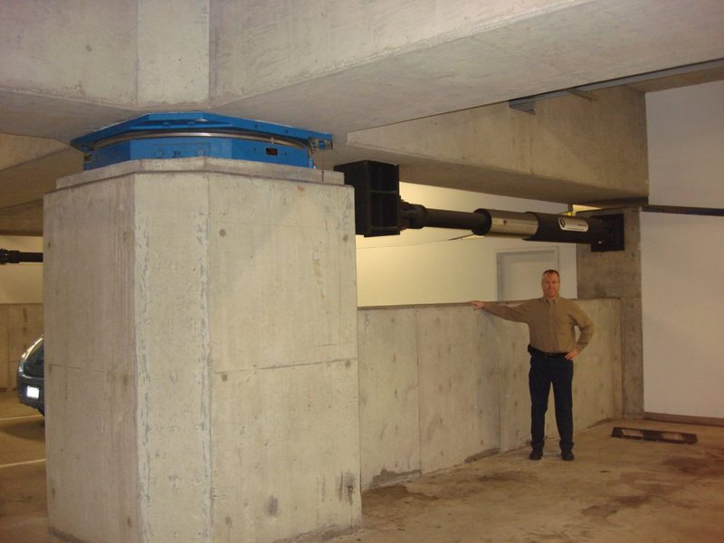 Base isolation system in a building