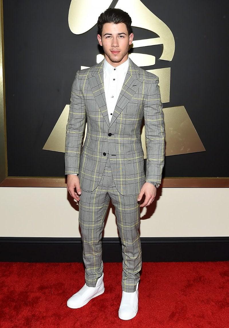Певец Ник Джонас носит любимые сникеры даже на официальных мероприятиях