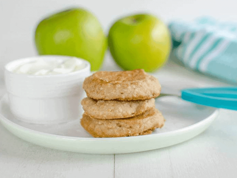 Apple and oat pancakes - finger food for babies