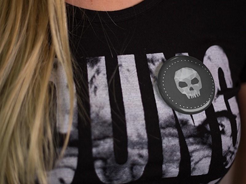 przypinka z czaszką na koszulce
