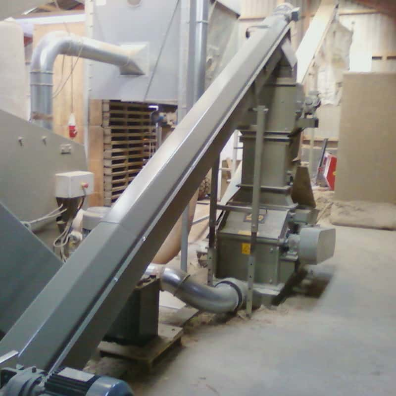 Scanhugger re-shredder in a turnkey system for industrial wood shredding with conveyor
