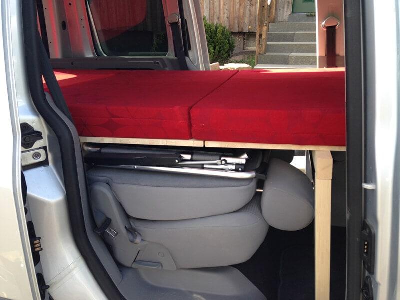 aufgeklappte Liegefläche mit Matratze im VW Caddy
