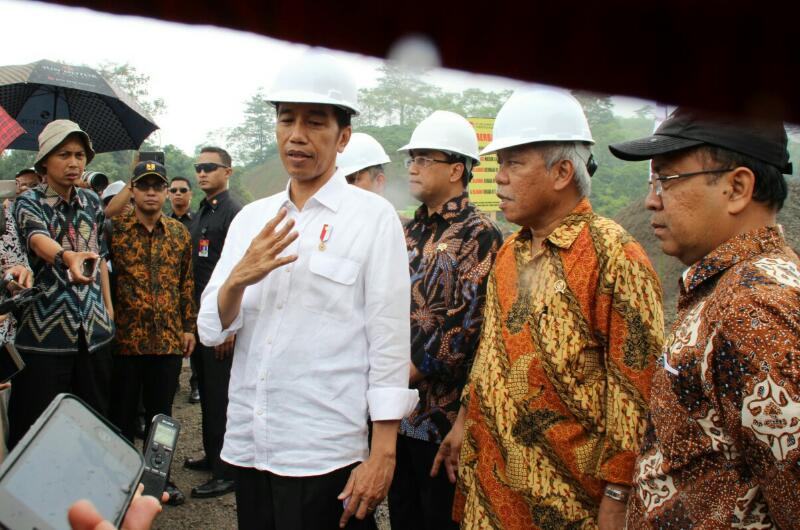 Presiden Jokowi menjawab pertanyaan wartawan usai meninjau lokasi pembangunan Jalan Tol Bawen - Salatiga di Kecamatan Bawen, Kabupaten Semarang, Jawa Tengah, Sabtu (8/4). (Foto: Humas/Fitri)