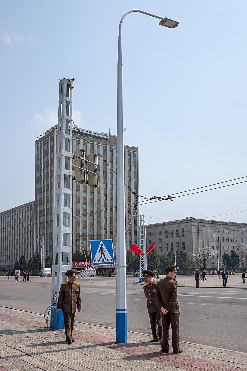 Militärs neben Straßenlaterne