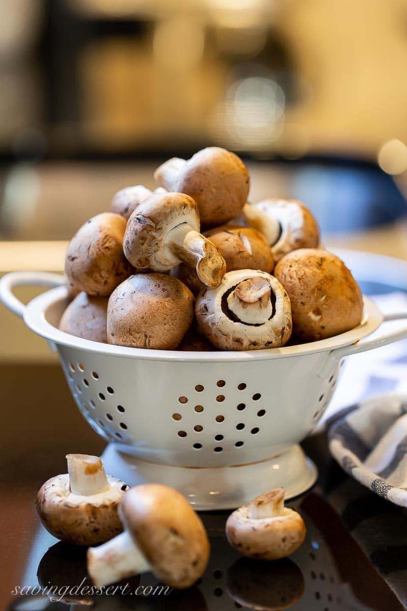 Un colino pieno di funghi marroni