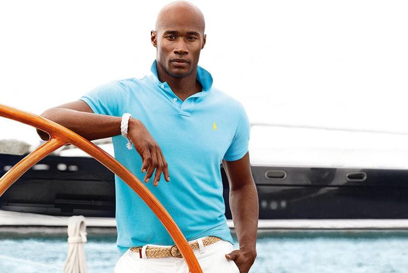 Белые брюки с футболкой-поло - элегантный комплект для отдыха на море