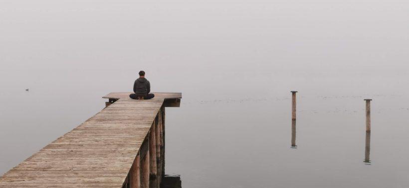 medytacja nad jeziorem
