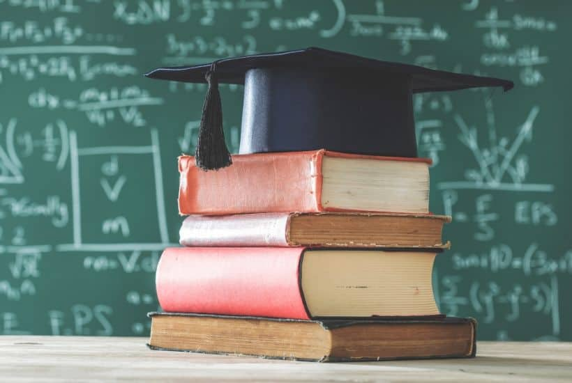 Help your college student gear up for the next chapter of school. These Back to School Tips For College Students will help them prepare for college. #backtoschool #collegeplanning #collegetips