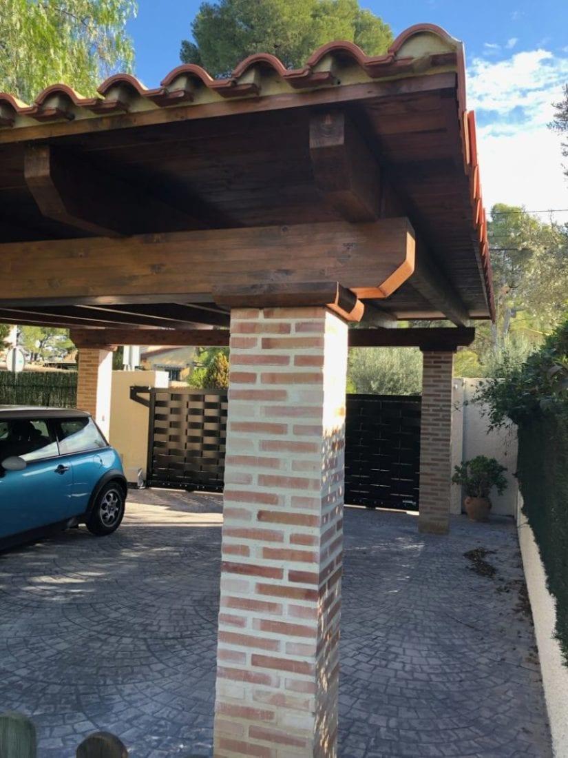 porche en garaje con columna