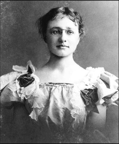 فوليت عند تخرجها من رادكليف- (ماري باركر فوليت) 1868-1933.