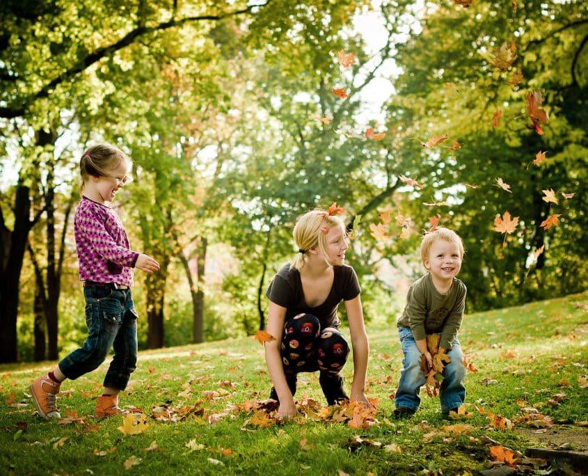 fröhliche Kinder im Herbst