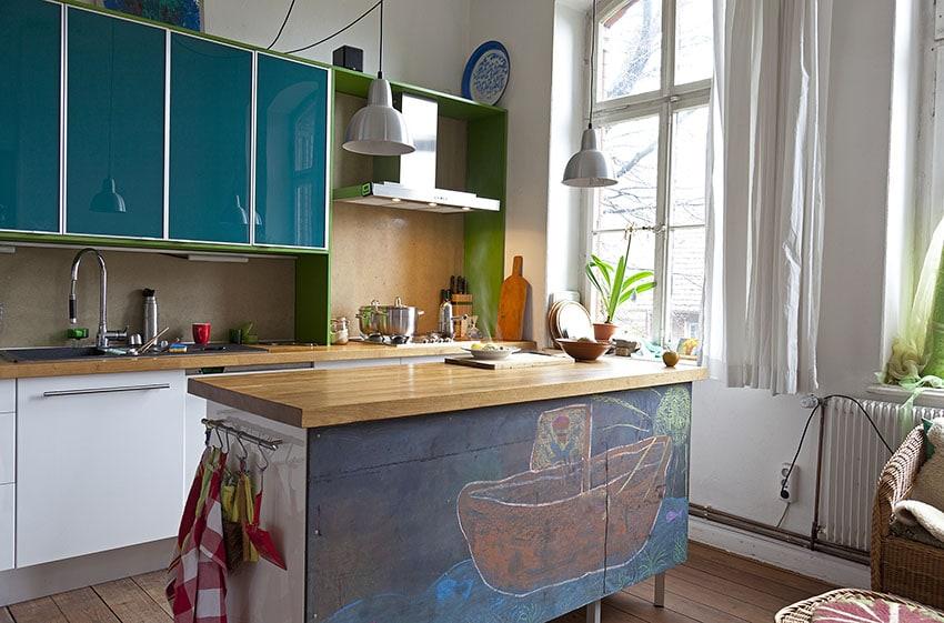 маленькая кухня с деревянной столешницей