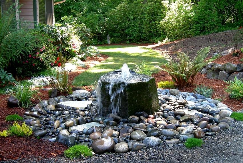 Фонтан из камней в саде своими руками