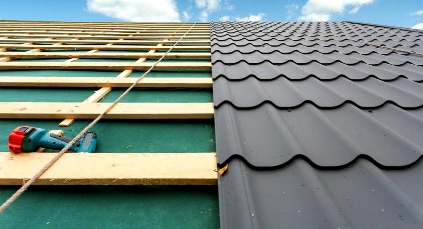 Металлочерепица является облицовочным материалом, который изготавливают из оцинкованной тонколистовой стали
