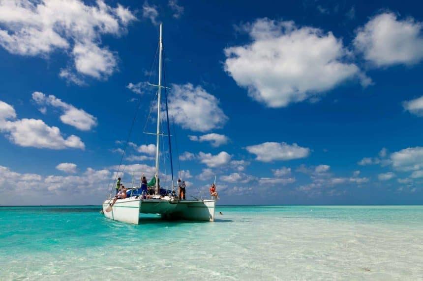 Qué hacer en Puerto Morelos – Velar en un catamarán