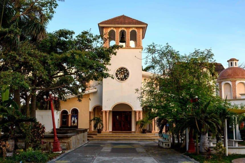 """Puerto Morelos, México. Guía túristica. – Iglesia """"Parroquia San José Obrero"""" en el zócalo"""