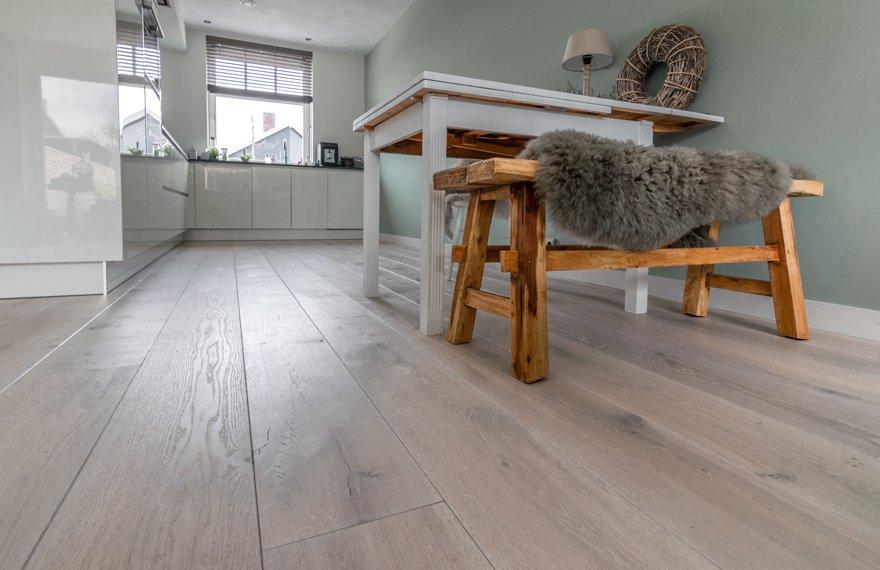 Geborstelde planken vloer