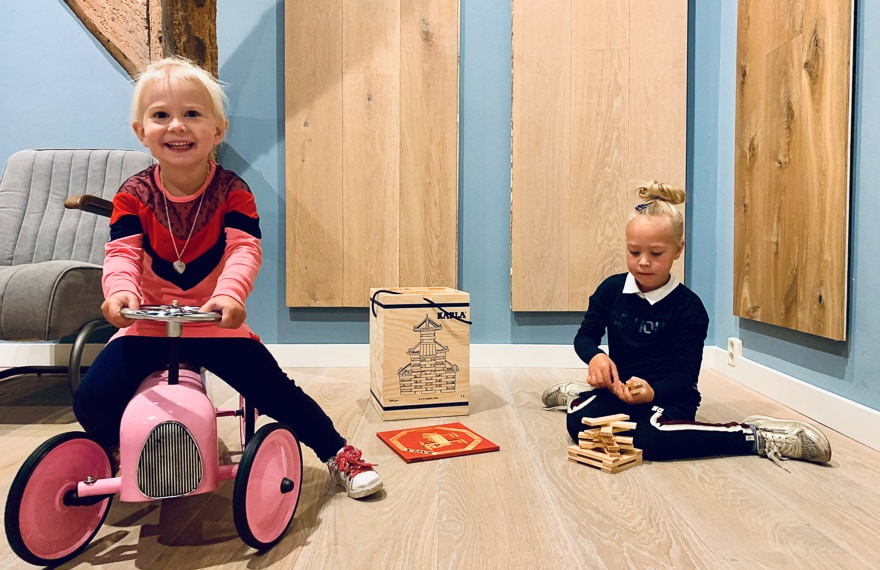 Kinderen in showroom Dutzfloors