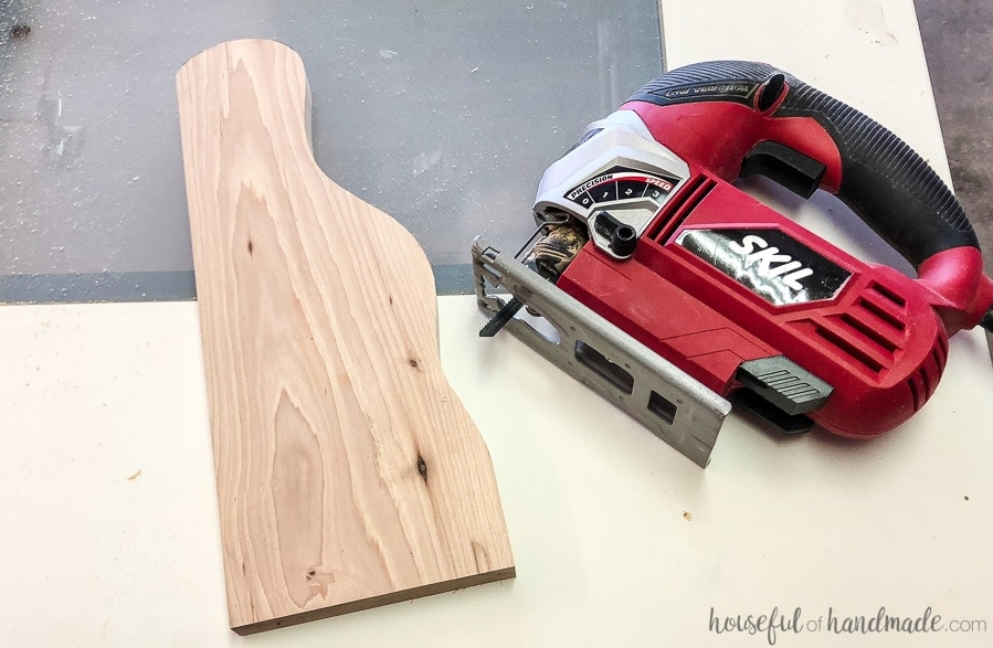 Jig saw with the decorative shelf edge of the wood paper towel holder