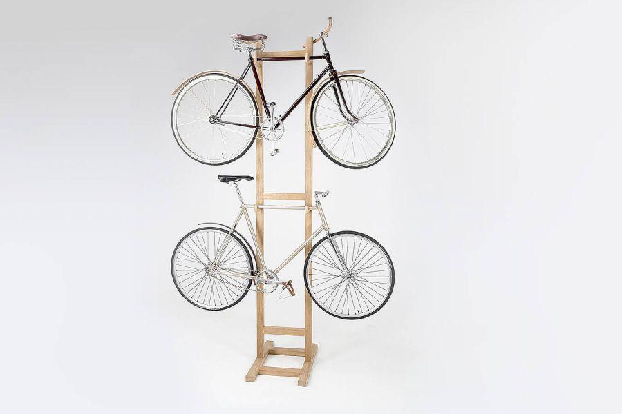 Wieszak na dwa rowery, wykonany z drewna dębowego