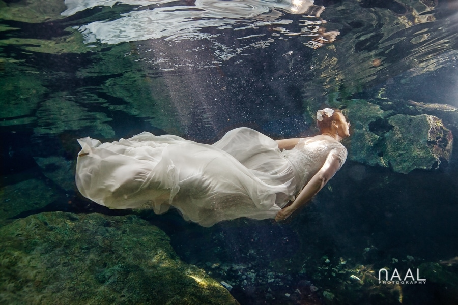 Underwater photography. Trash the dress photo session by Naal Wedding Photography