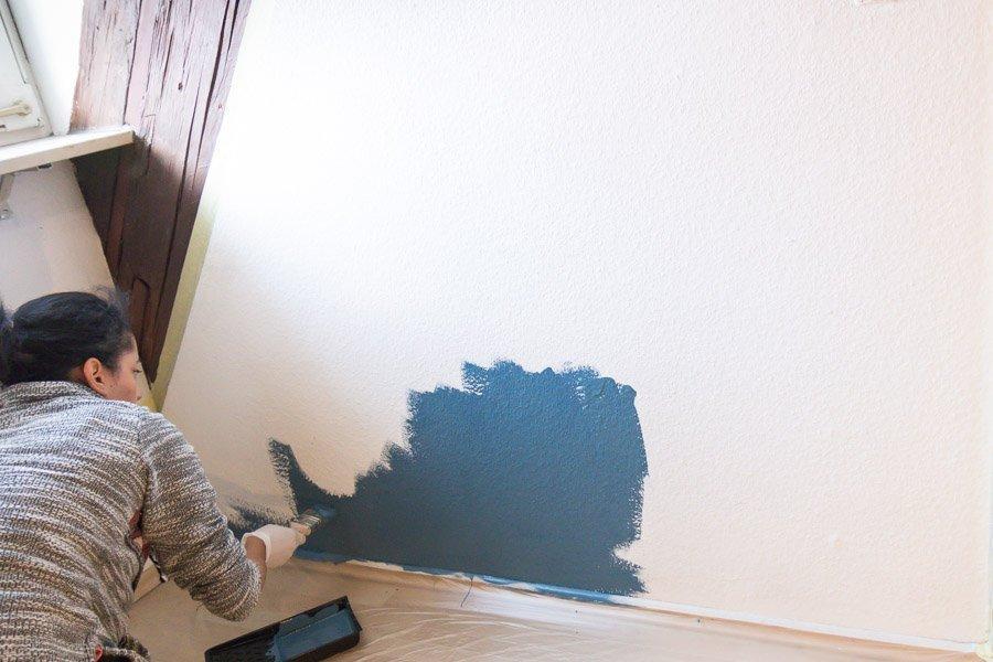 Wand mit Kreidefarbe streichen