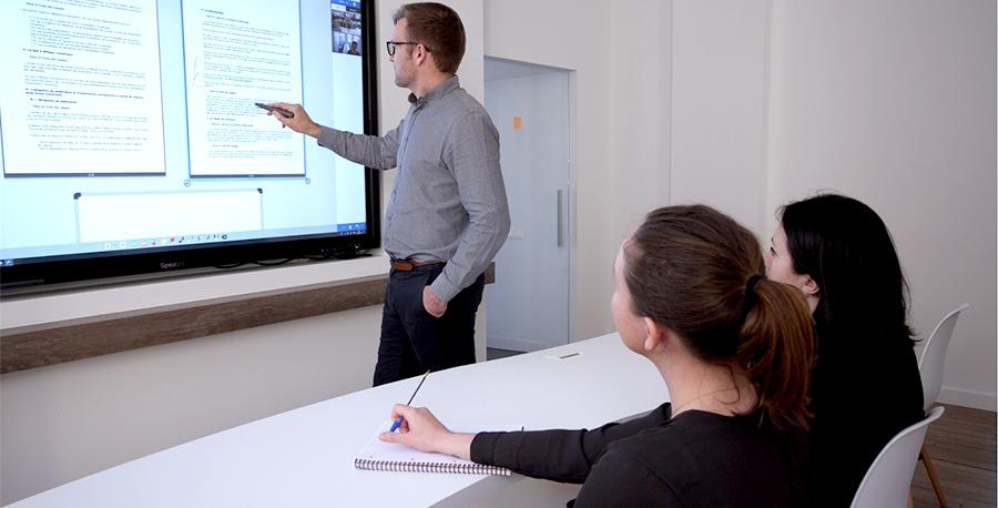 Utilisation d'un écran interactif et d'une caméra pour la visioconférence