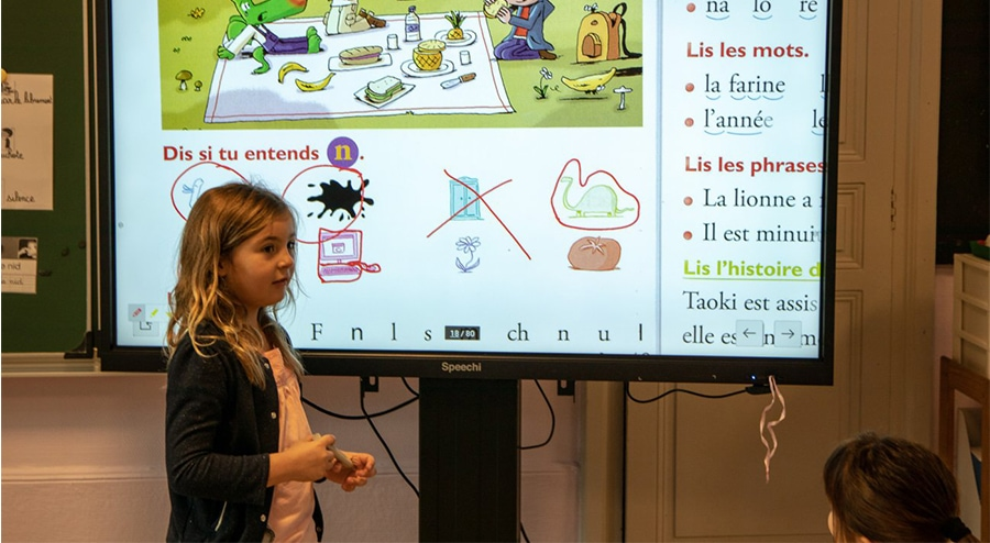 Utilisation d'un écran interactif en salle de classe élémentaire