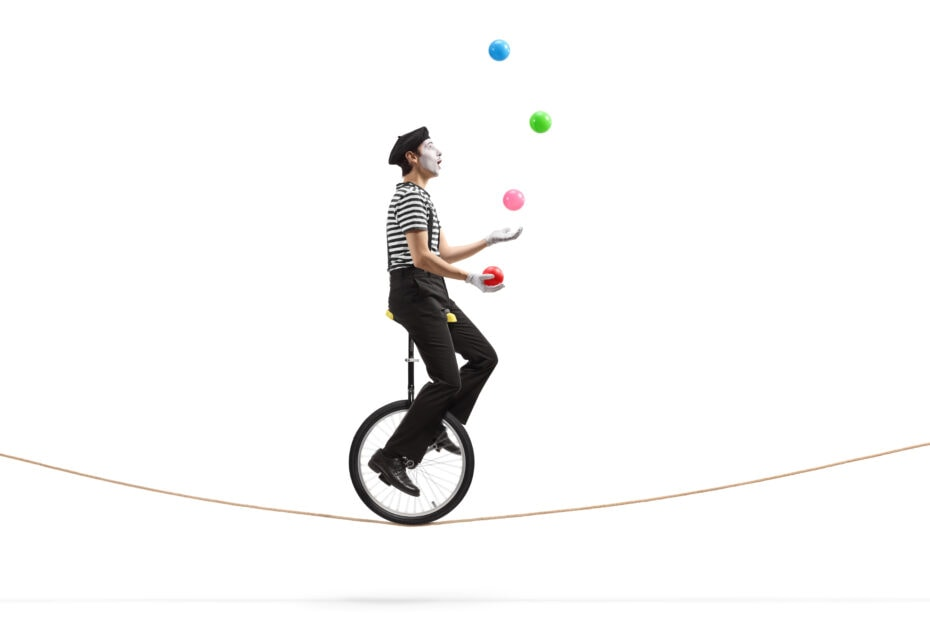 Jonglööraaja ajaa yksipyöräisellä polkupyörällä nuoralla.