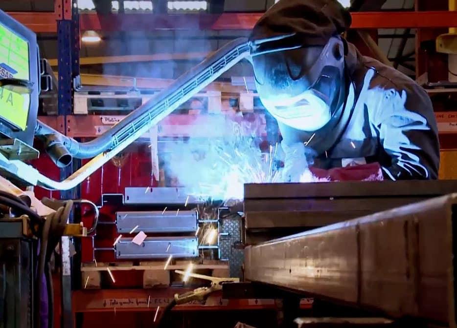 Usine de fabrication Cefam-Atlas : assemblage mecano-soudé d'une table élévatrice