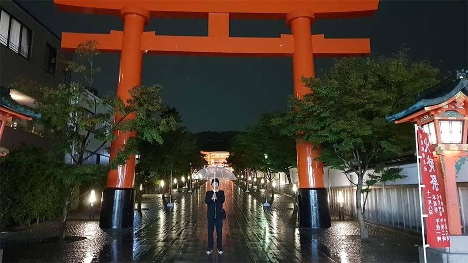 gerbang fushimi inaro kyoto di malam hari.
