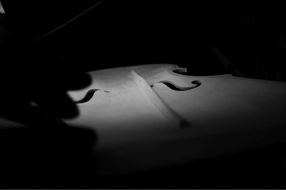 ストラディヴァリのビオラ表板の内側にあるバスバー
