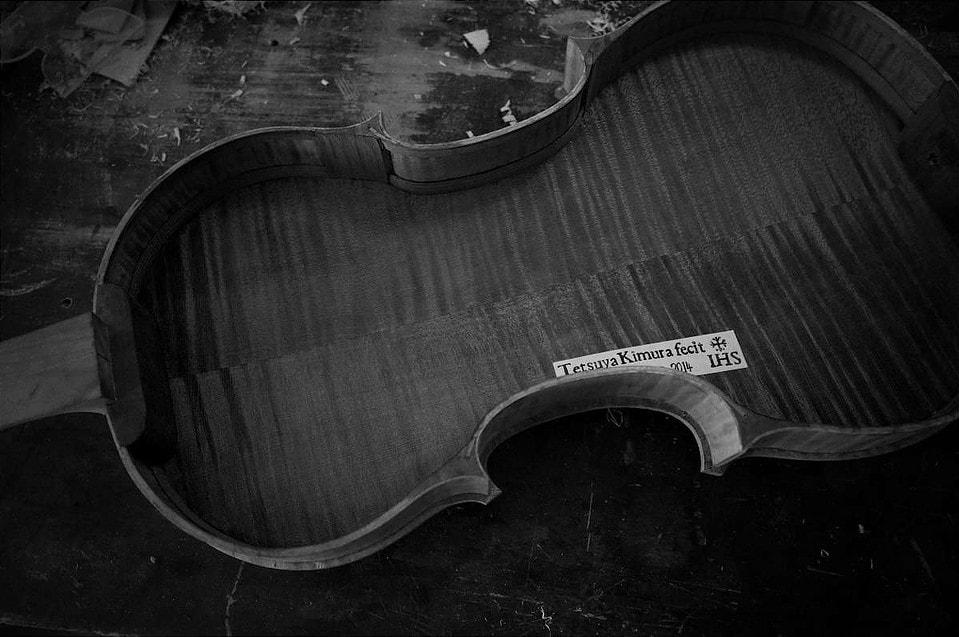 バイオリンの内側にある木村哲也のラベル
