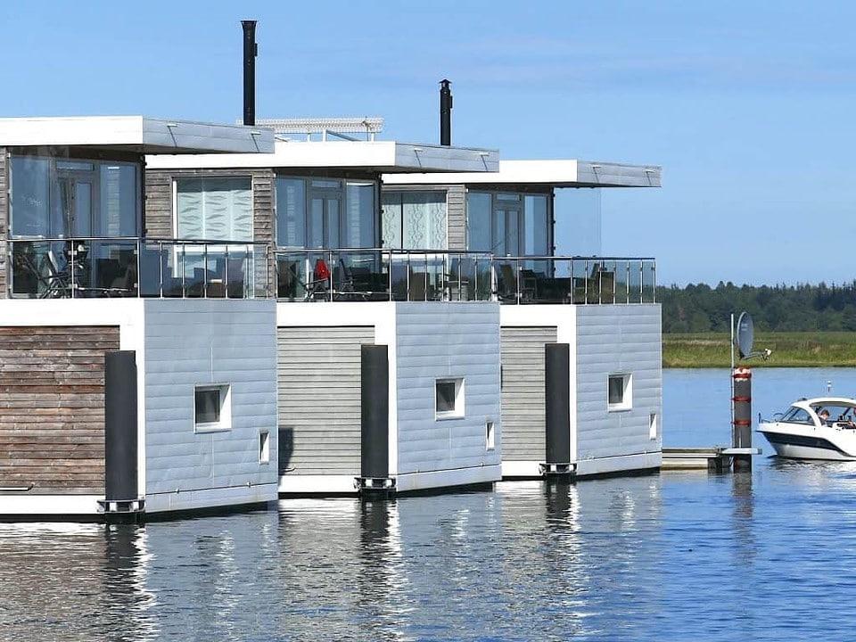 Auf einem Hausboot leben