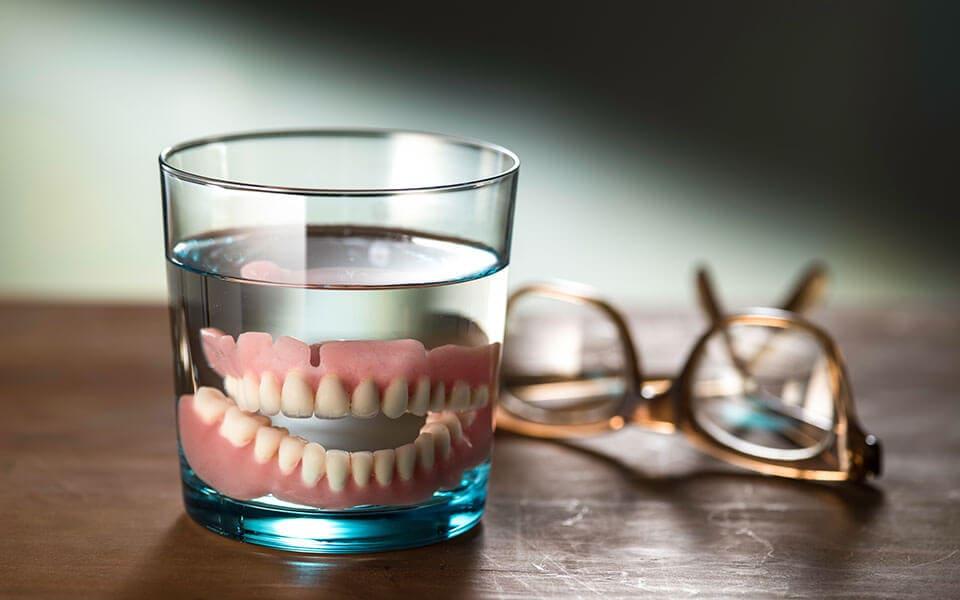 Dental-Implant-vs-Dentures