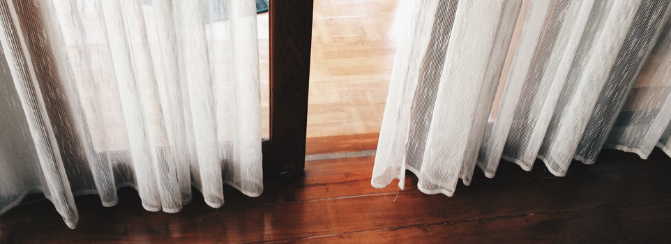 transparante gordijnen hangend bij vloer